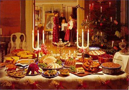 Una foto di una volta, un antico natale con l'atmosfera calda e accogliente sul tavolo da pranzo ogni ben di Dio