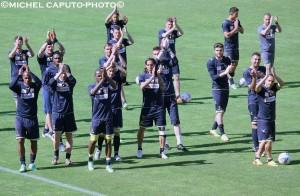 giocatori Lecce applauso in allenamento