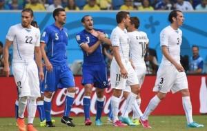 Chiellini mostra la ferita procurata dal morso di Suarez, ma l'arbitro non ha visto, foto web