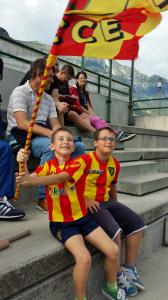 giovani tifosi Lecce con bandiera