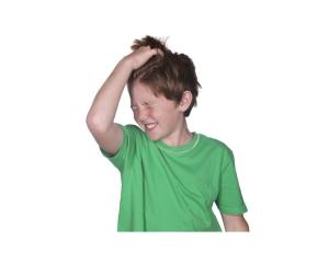 bambino con pidocchi