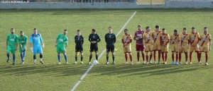 Le squadre schierate prima del fischio d'inizio