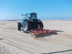 pulizia spiagge trattore