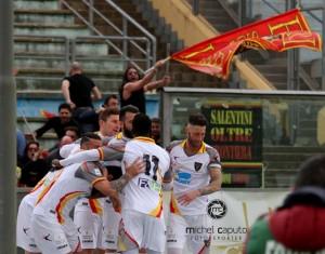 Esultanza giocatori Lecce a Cosenza