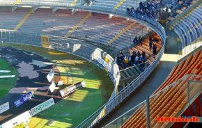 """I tifosi al """"Via del Mare"""" con uno striscione contro Padalino"""